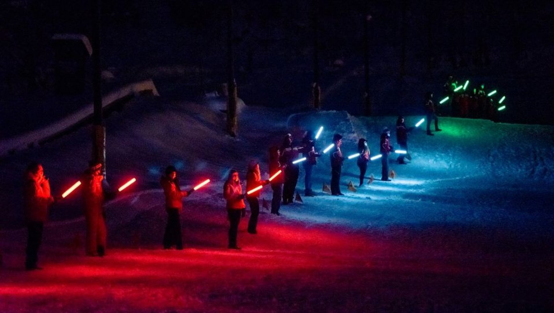 Courmayeur la fiaccolata statica dei maestri di sci contro il lungo inverno in isolamento