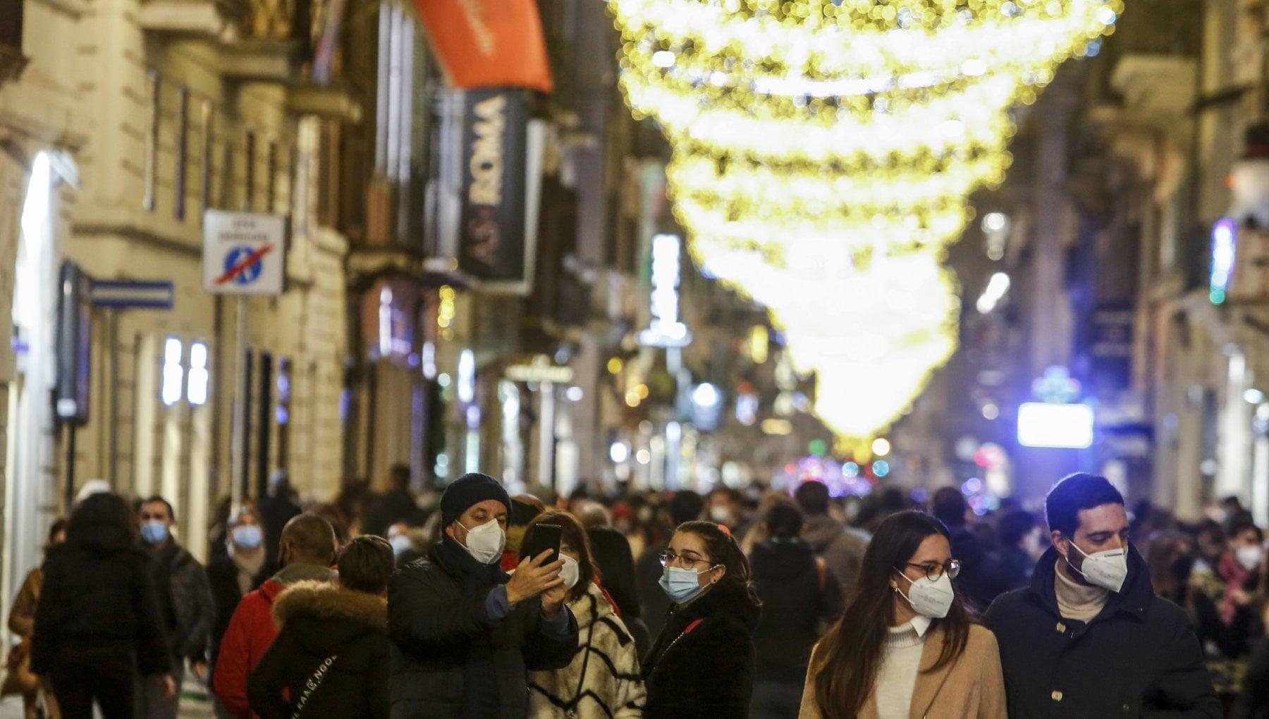 Decreto di Natale da oggi stop agli spostamenti tra Regioni. Negozi aperti fino alle 21 per gli ultimi regali