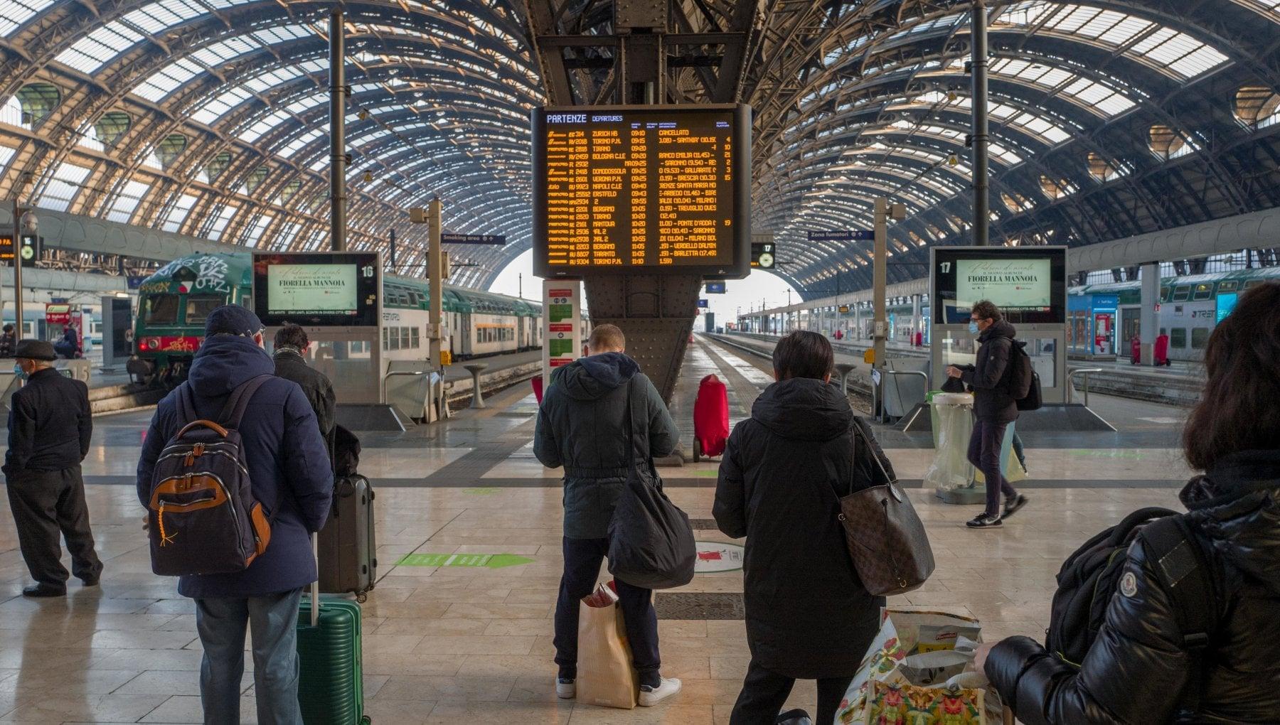 Fuga da Milano per 200 mila treni aerei e auto per lasciare la citta nellultimo weekend prima della zona rossa di Natale