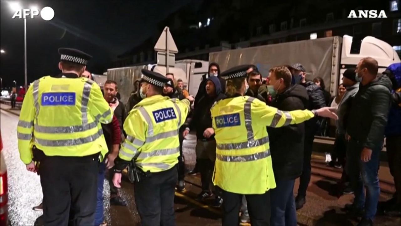 Gb la polizia blocca i camionisti al porto di Dover Se risultate positivi non possiamo lasciarvi andare