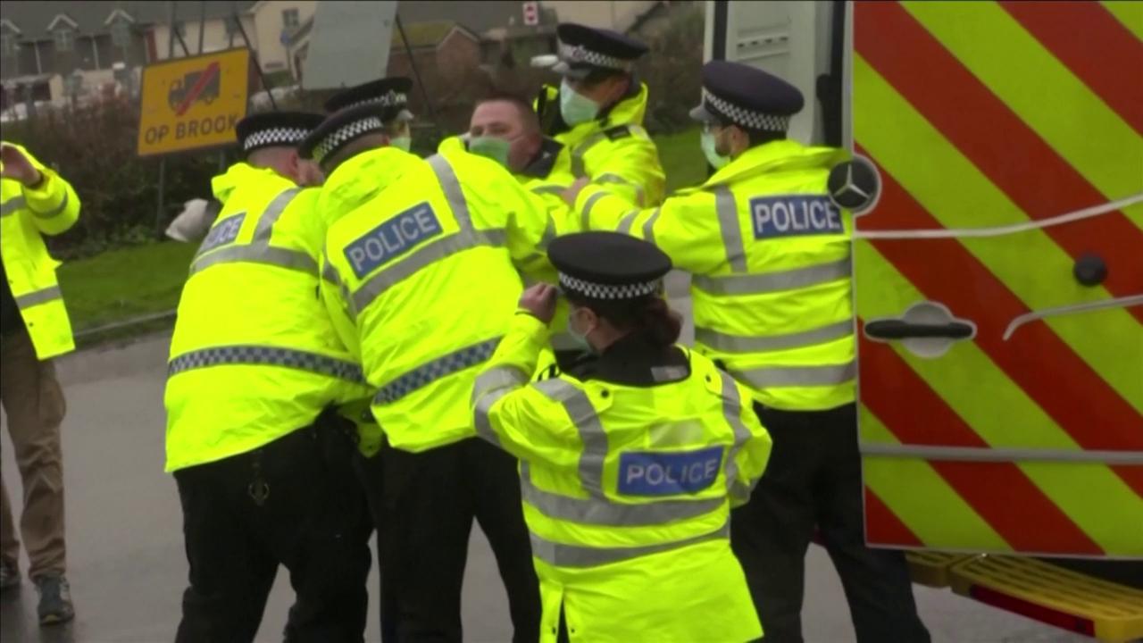 Gb tensione a Manston scontri tra camionisti e polizia