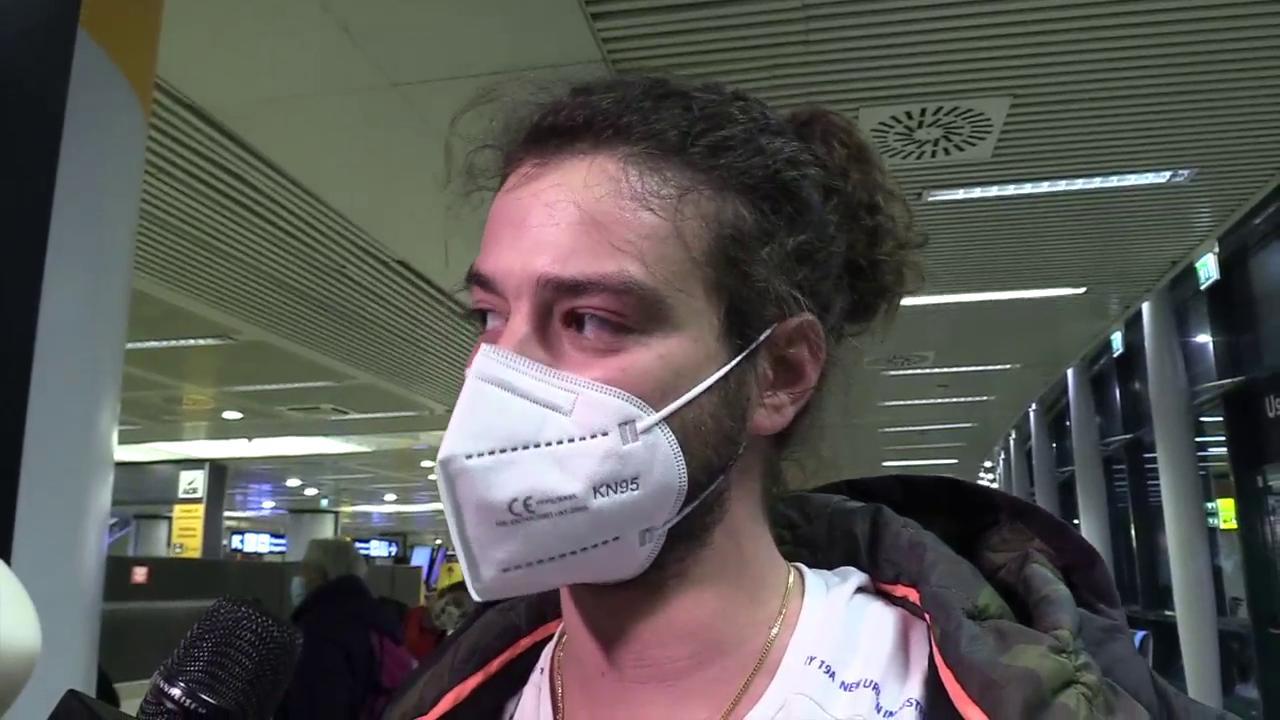 Gli ultimi passeggeri in arrivo a Fiumicino Siamo scappati a Londra situazione fuori controllo di Camilla Romana Bruno