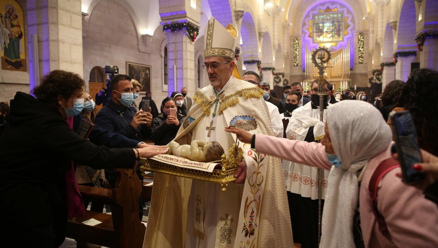 Il Natale fragile del mondo ai tempi del Covid chiese vuote e messaggi di speranza. Il Papa Non piangiamoci addosso
