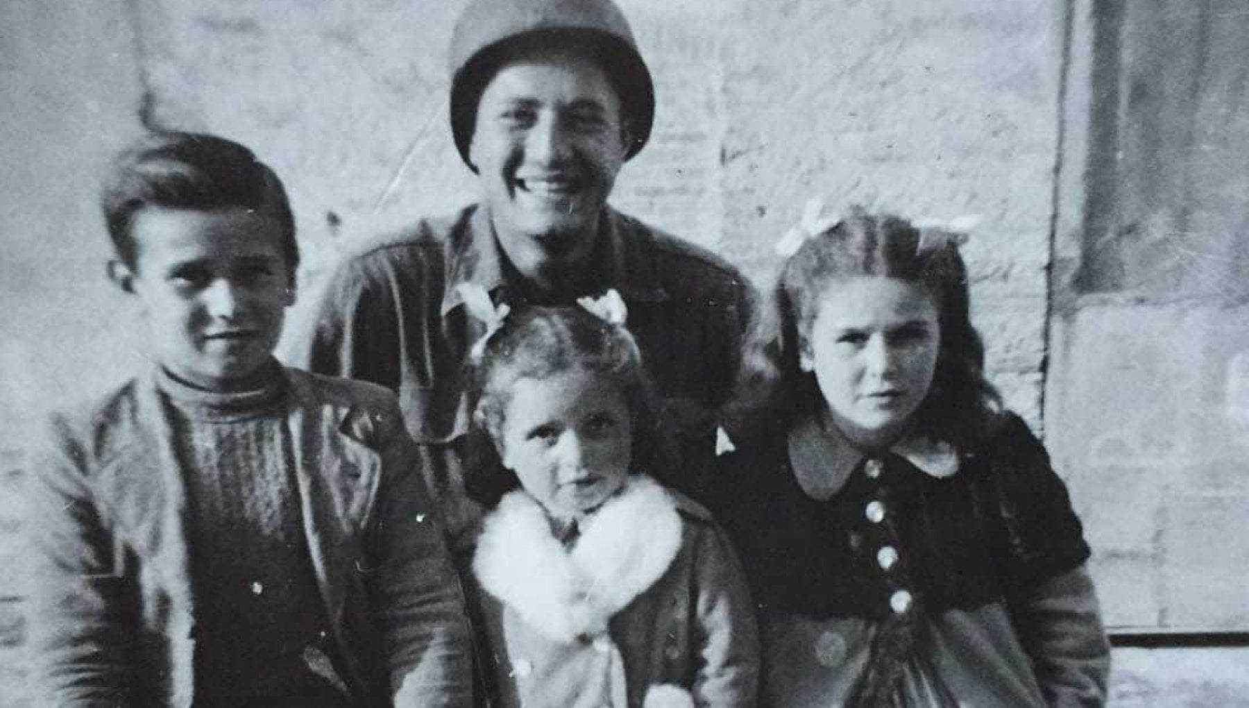 La nuova missione del soldato Martin Adler Ritrovare quei tre bimbi abbracciati nel 44
