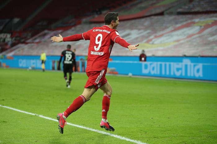 Lewandoski trascina il Bayern 2 1 al Leverkusen