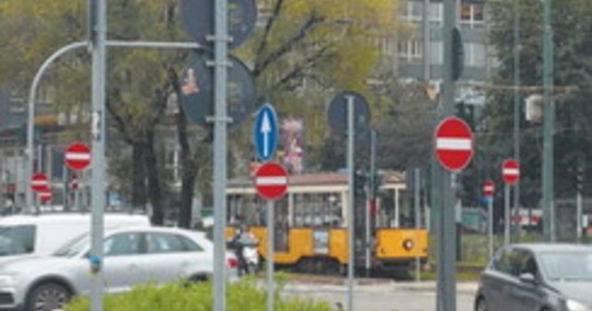 Li vedete questi cartelli Delirio firmato Beppe Sala e disastro a Milano il numero choc degli incidenti causati