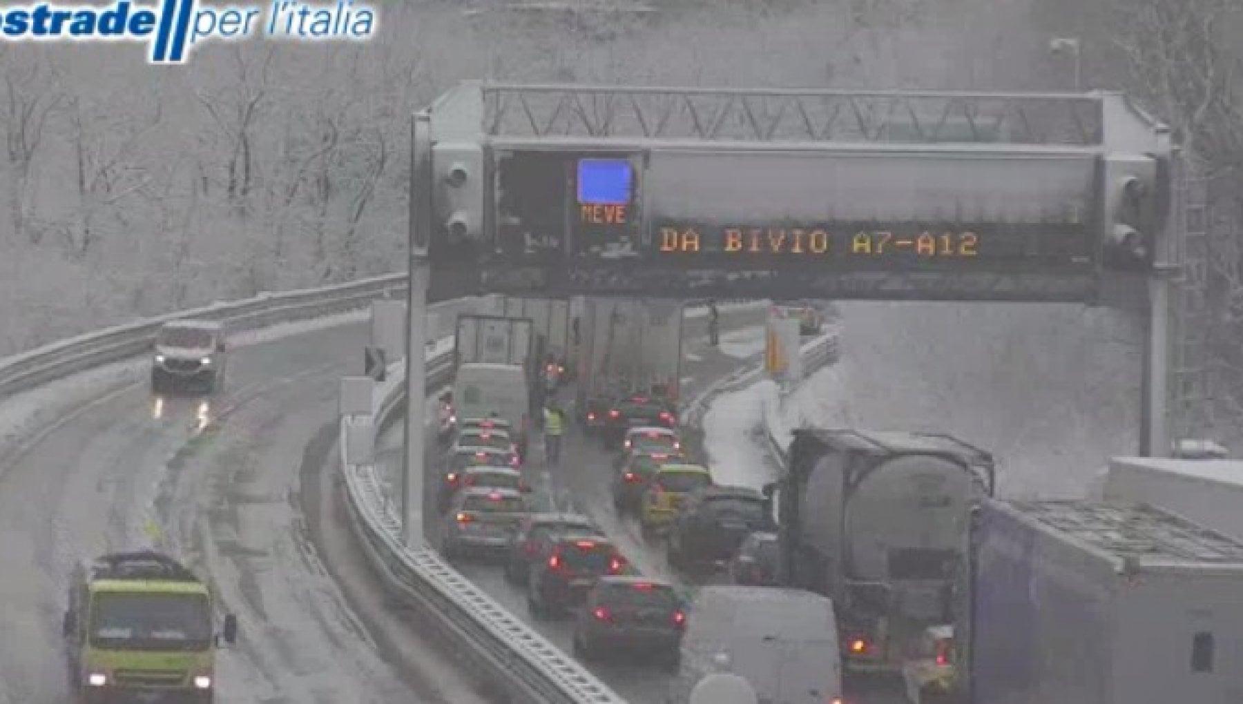 Liguria neve sulla costa code e divieti sulla rete autostradale ed e gia polemica