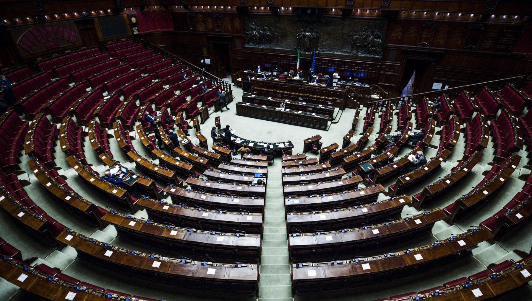 Manovra intesa per portare il congedo dei neo papa a dieci giorni. Rush finale per chiudere nel fine settimana