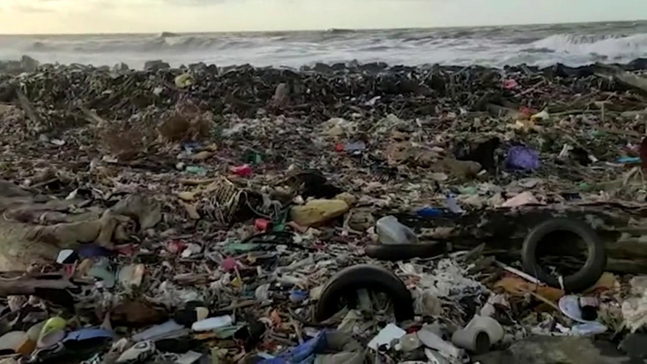 Mareggiata sulla costa la spiaggia sembra una discarica a cielo aperto