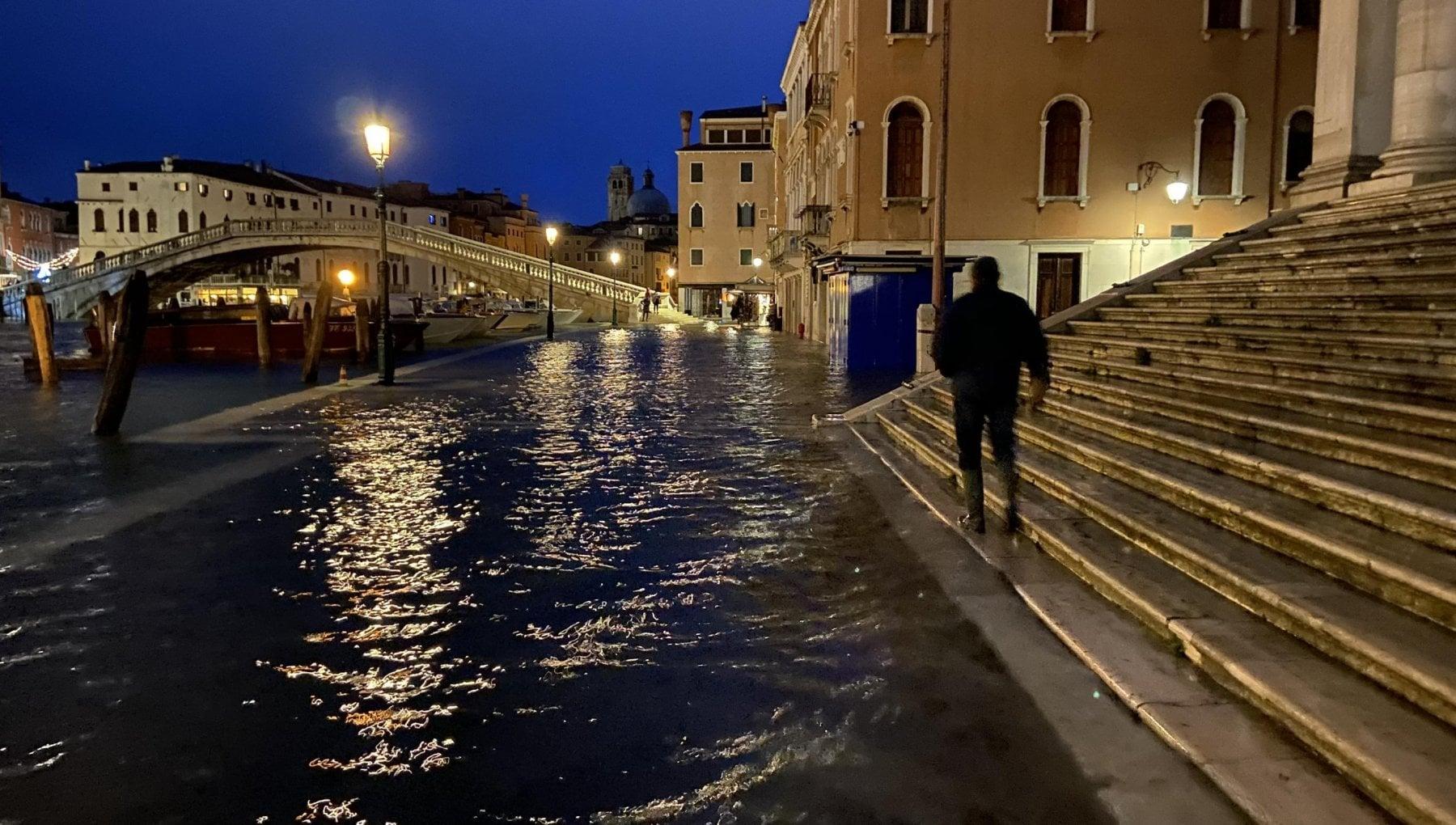 Maxi rissa tra adolescenti a Venezia coinvolti in 40