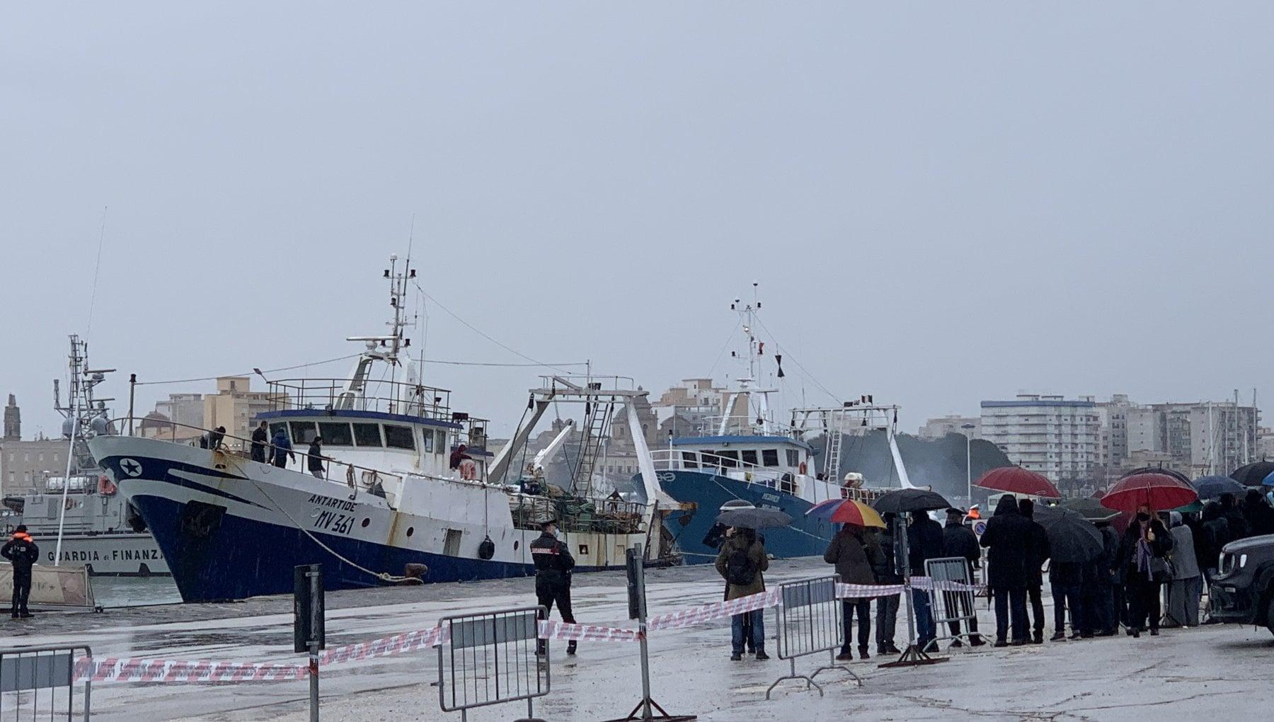 Mazara i pescatori liberati arrivano al porto. Lurlo di gioia delle famiglie