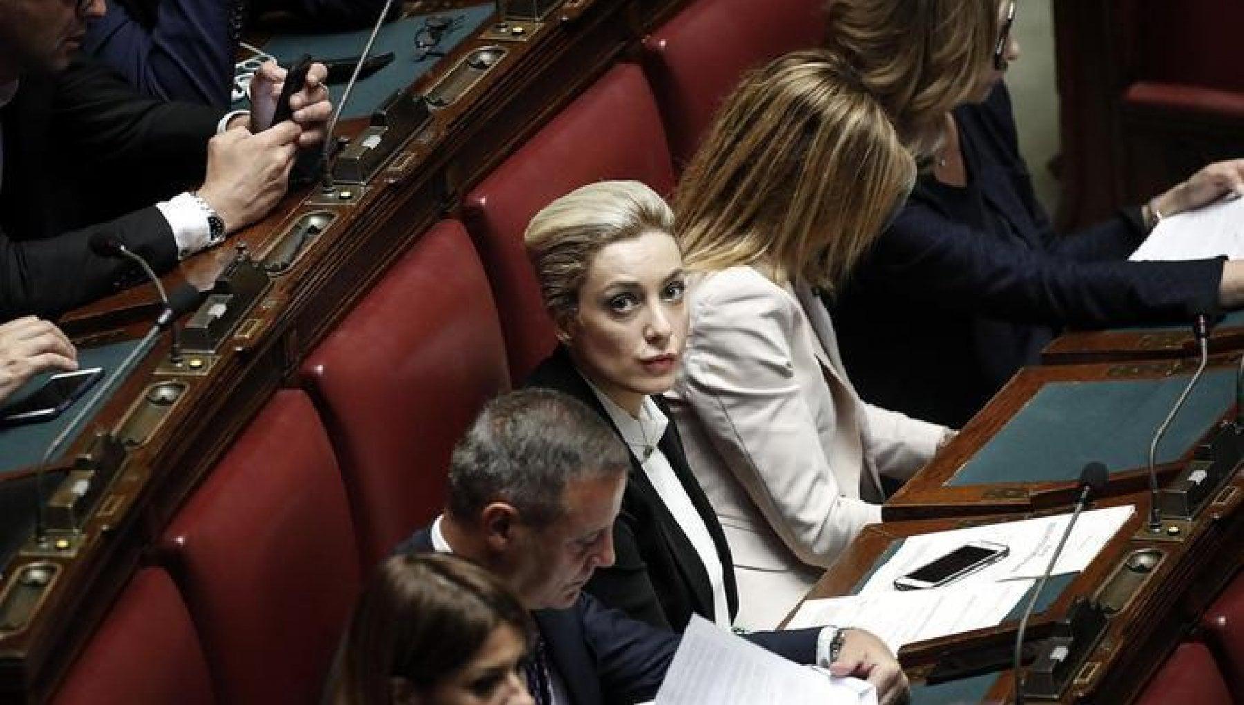 Mes giallo sulla fidanzata di Berlusconi non partecipa al voto contro la risoluzione di maggioranza