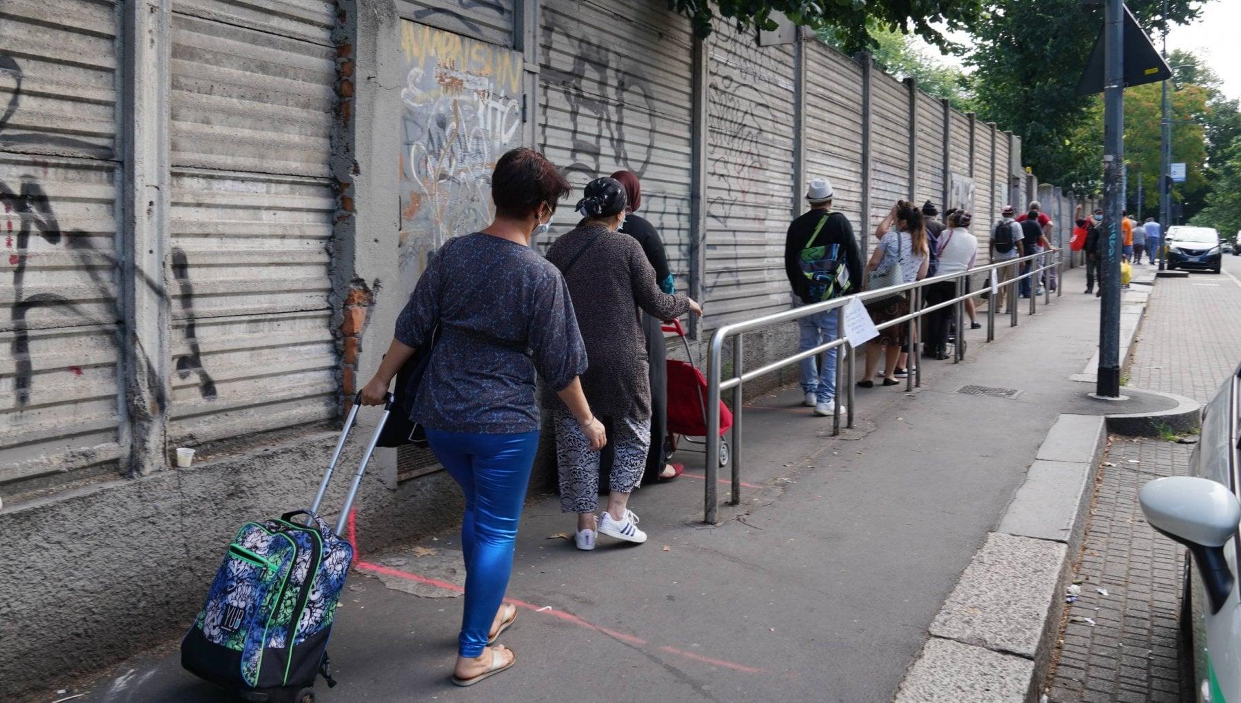 Milano migliaia di persone in fila ogni giorno per un pacco alimentare