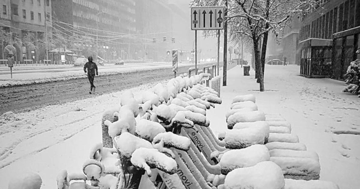 Milano tutti sapevano della neve tranne Sala Disastro assoluto. Crolla un palo travolta una donna in pieno centro