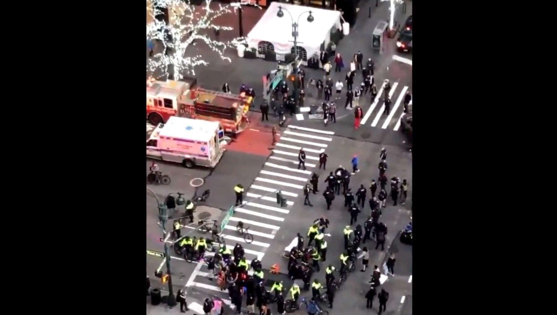 New York auto contro i manifestanti Black Lives Matter sei feriti. Arrestate le due donne che erano nella vettura