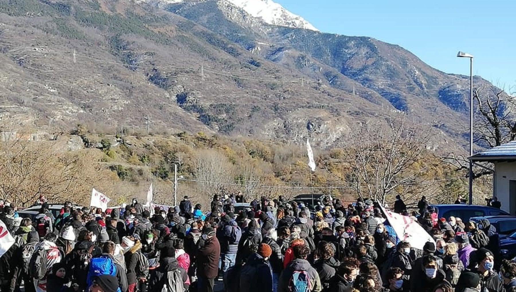 No Tav bombe carta e petardi contro la polizia davanti al cantiere di Chiomonte
