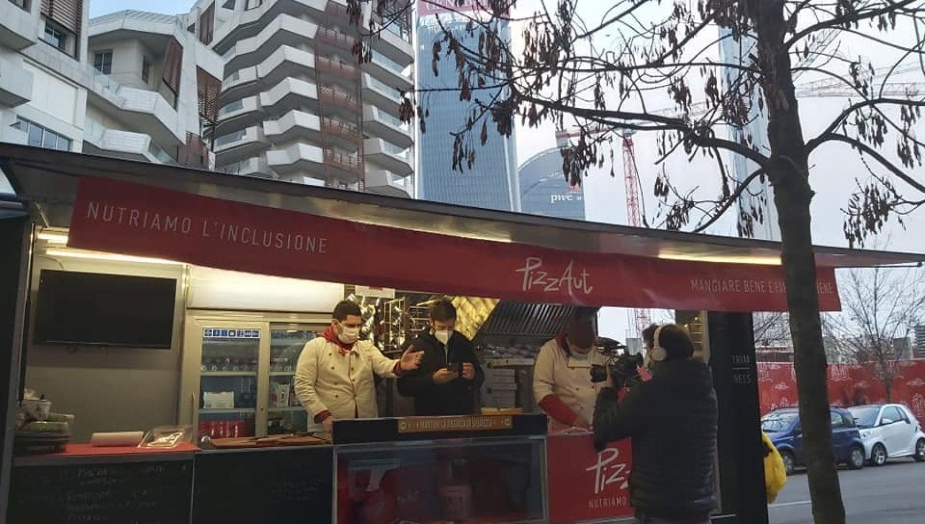 Paga due pizze fatte dai ragazzi autistici di PizzAut 10 mila dollari la generosita di un dirigente dazienda Usa a Milano