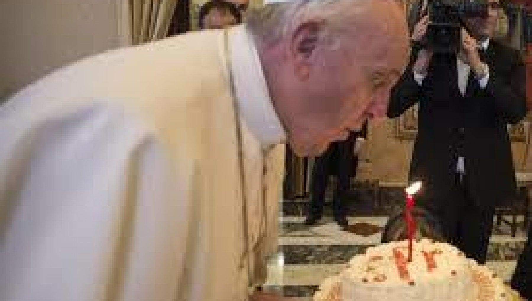 Papa Francesco festeggia 84 anni. Il premier Conte La tua Chiesa attenta ai fragili