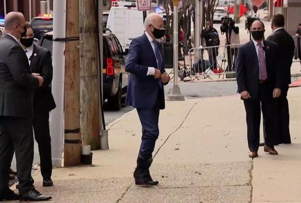 Per Biden prima apparizione in pubblico dopo la frattura sorridente con il tutore al piede