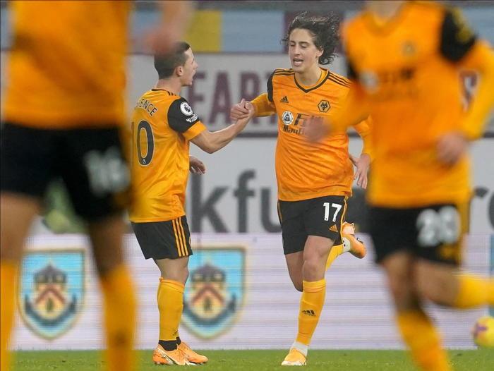 Rischio covid Wolverhampton vieta shopping a squadra