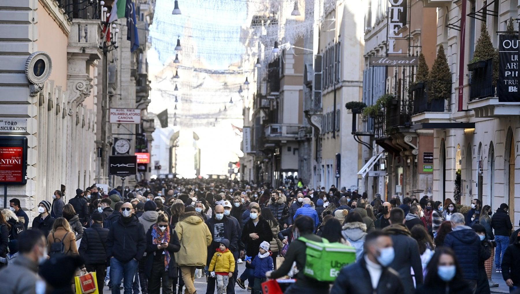 Shopping e aperitivi assembramenti e folla ovunque. Il Codacons Numero chiuso nelle strade o i Comuni ne risponderanno