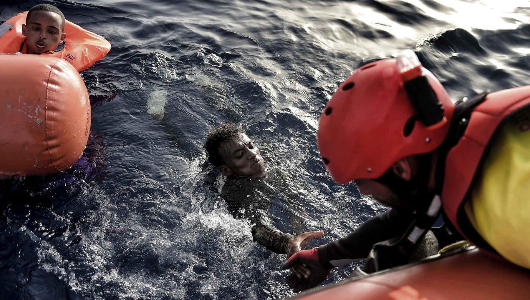 Sos dei migranti in mare lAlarm corre sul filo