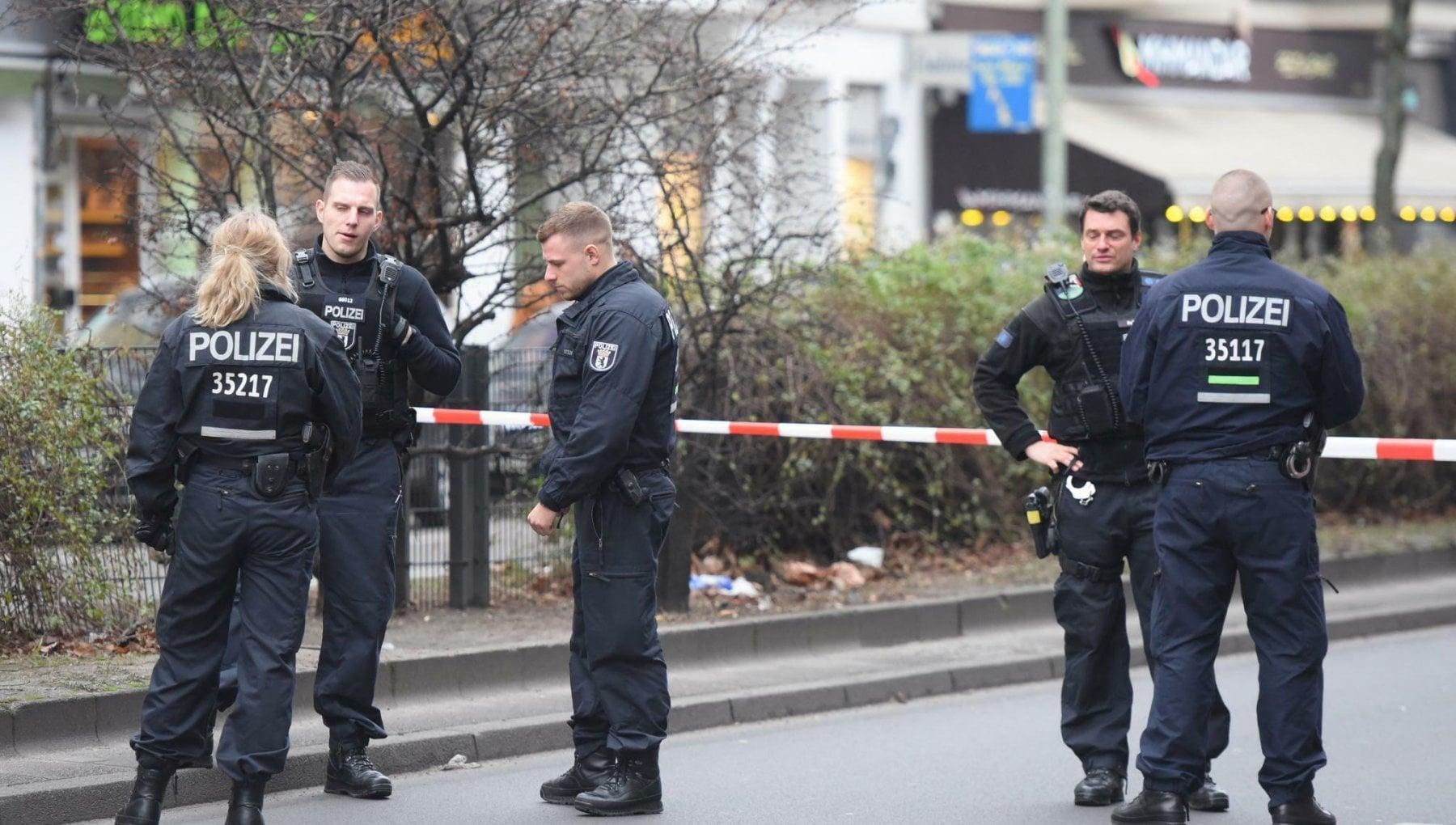 Sparatoria a Berlino tre feriti gravi ancora ignoti i motivi