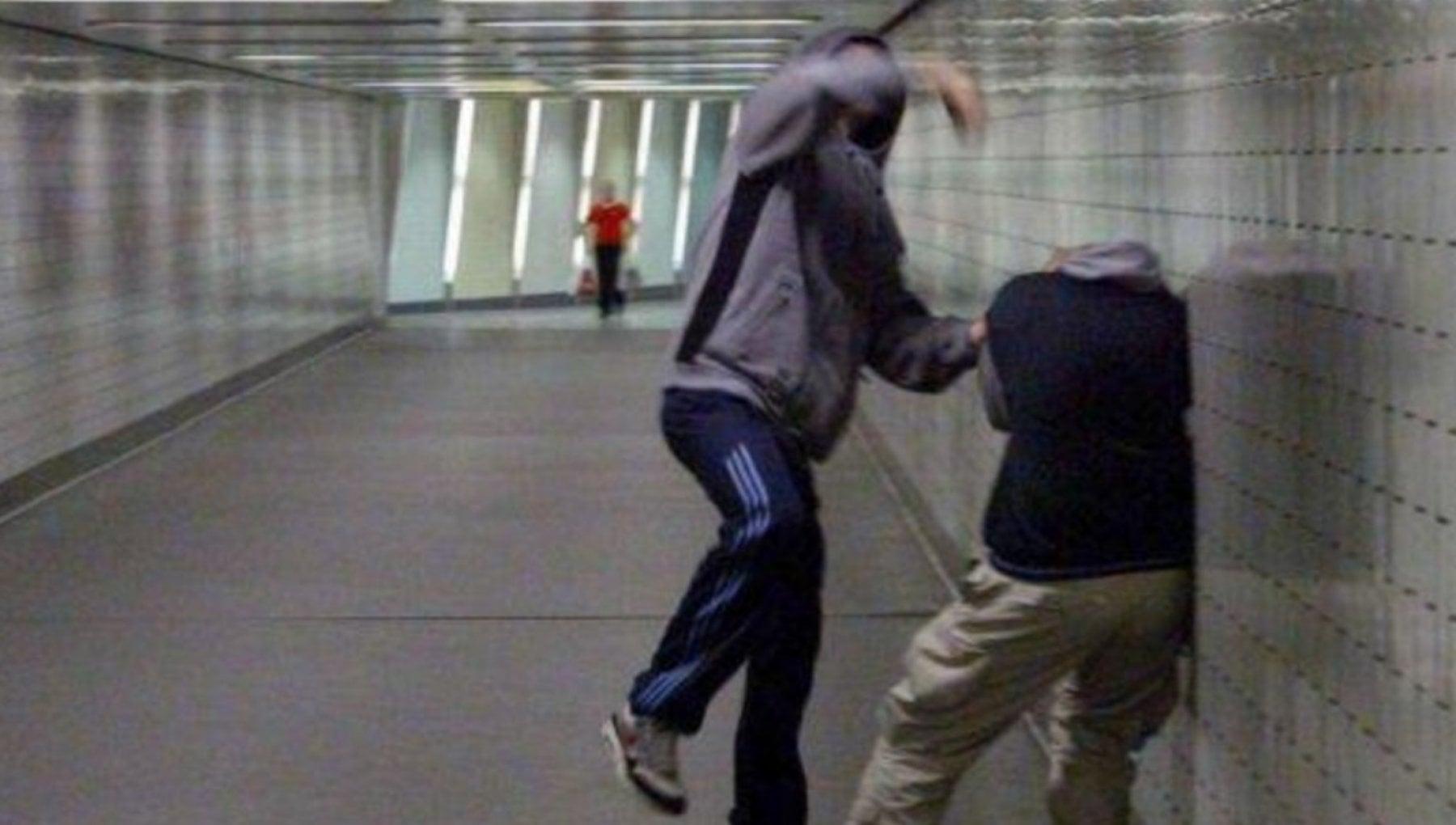 Torino assolda un picchiatore perche spezzi le dita al figlio gay Non deve piu fare il chirurgo