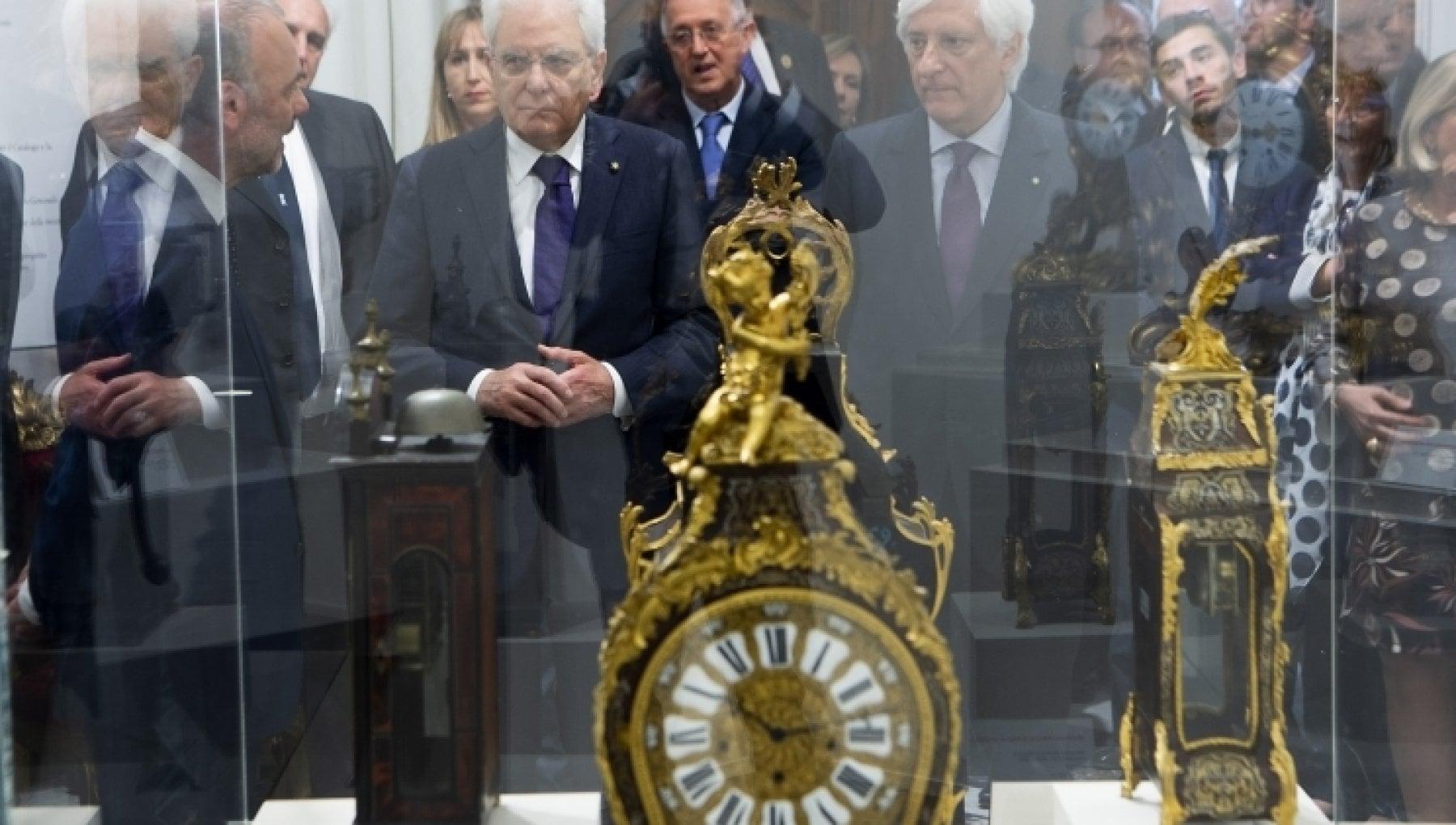 Torino i carabinieri recuperano lo storico orologio del Quirinale dopo il furto tre denunciati