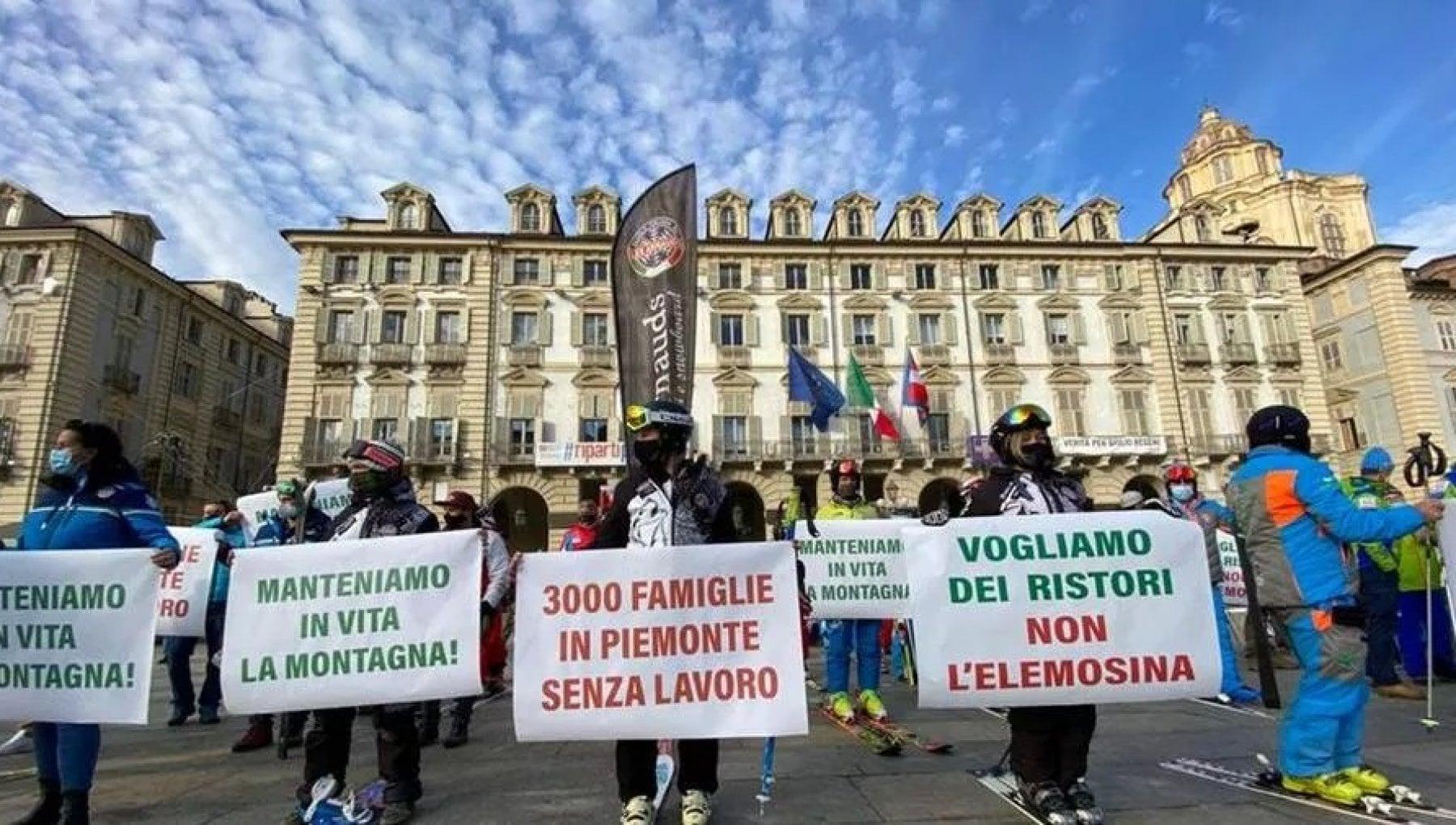 Torino i maestri di sci in piazza contro il blocco a Natale Tremila famiglie sul lastrico