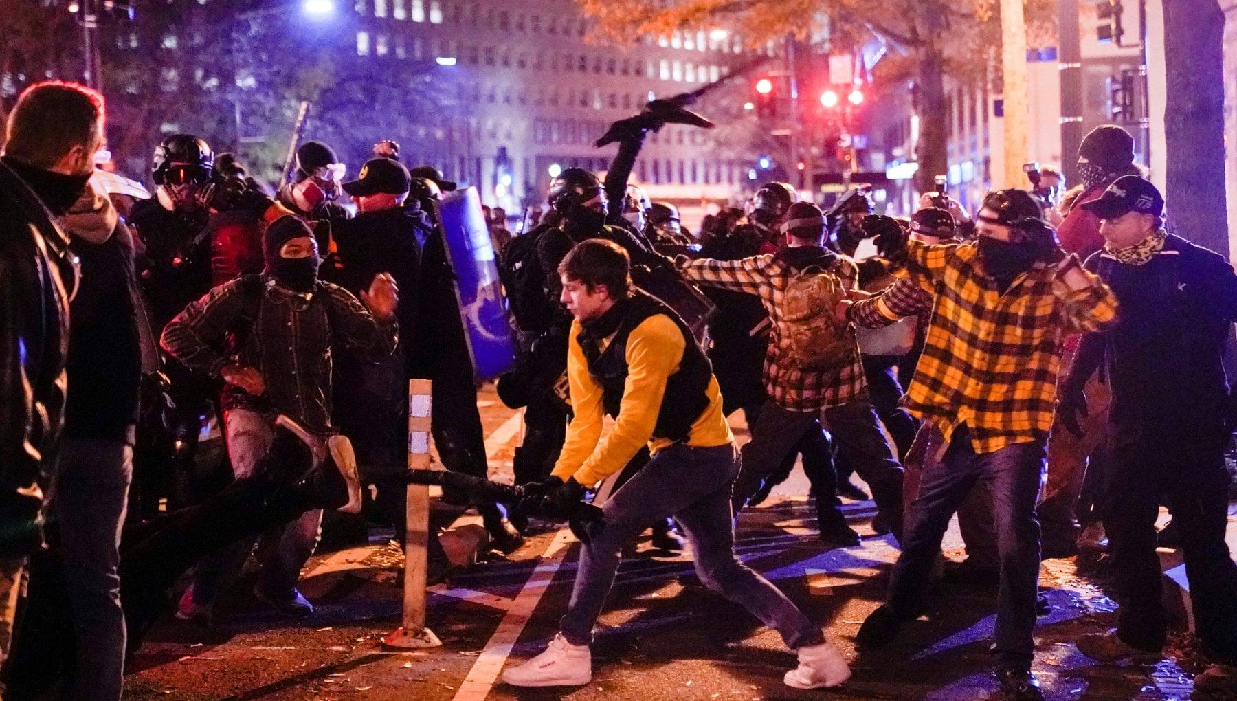Usa scontri in numerose citta durante le manifestazioni per Trump. Spari a Olympia un ferito