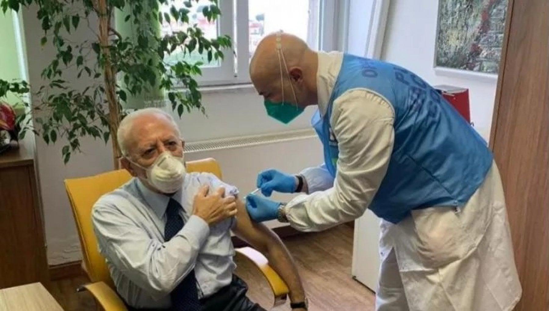 Vaccini Calderoli attacca De Luca Io malato oncologico in fila lui no
