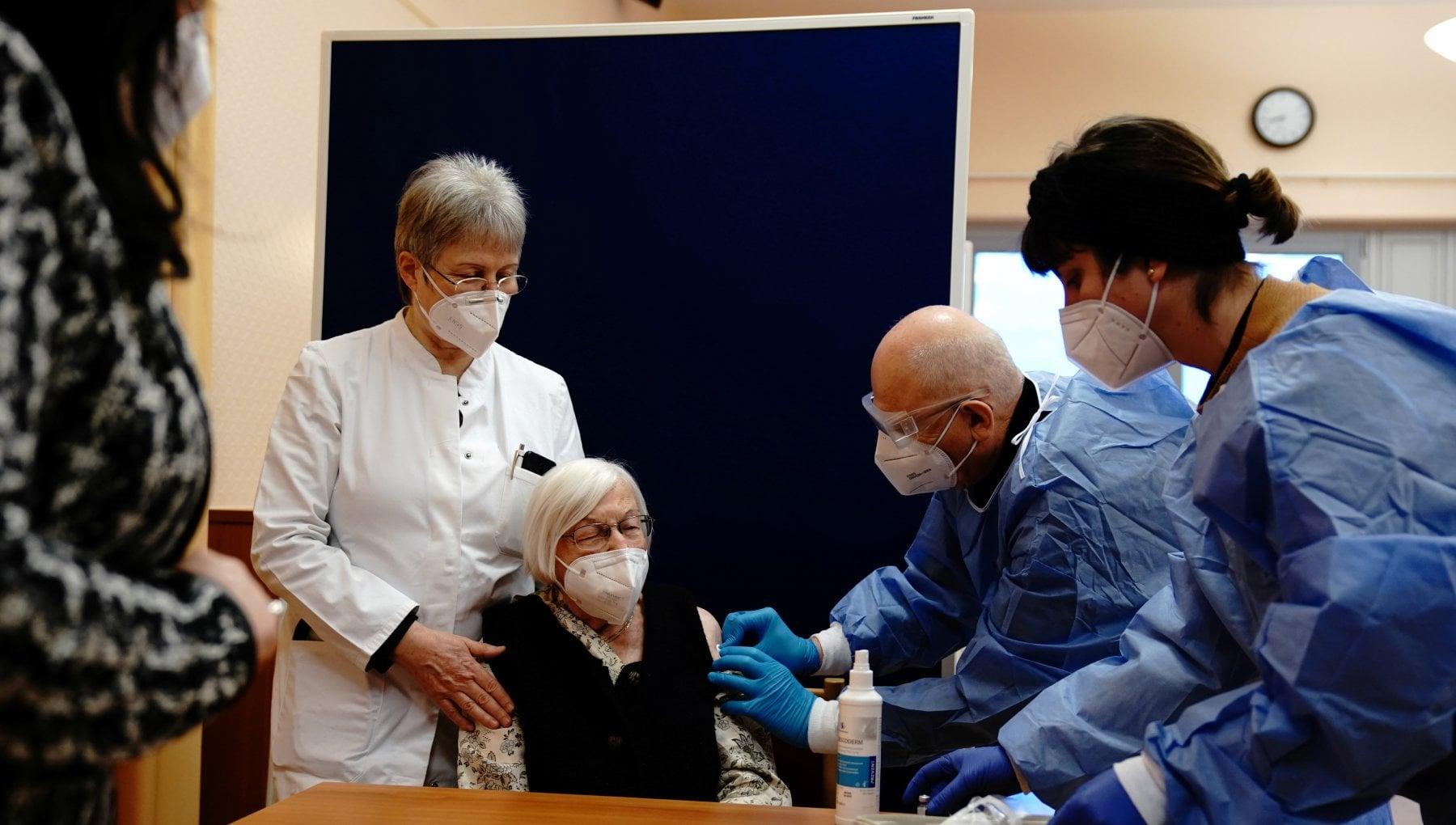 Vax Day lEuropa inizia a vaccinarsi. Tra i primi il premier ceco. Poi Spagna e Francia