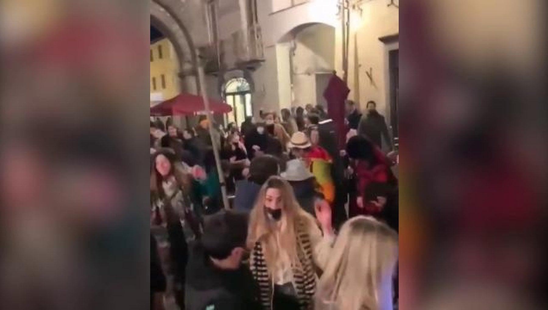 Ancora movida e assembramenti da Milano a Lucca da Roma a Catania a Livorno centinaia di giovani a bere e ballare davanti ai locali
