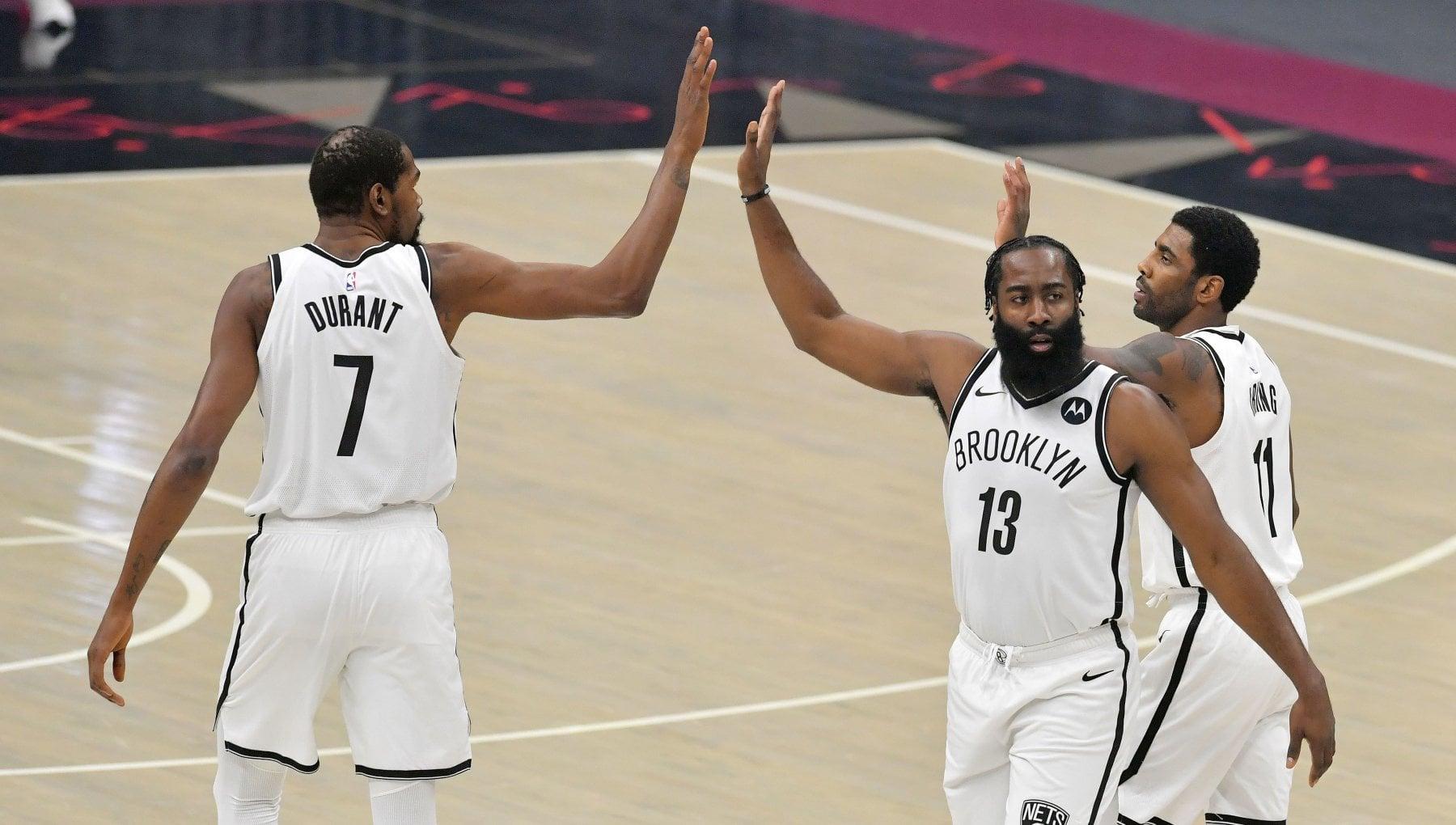 Basket Nba i Cavs rovinano la prima di Irving Durant Harden. Niente abbracci la security a meta campo