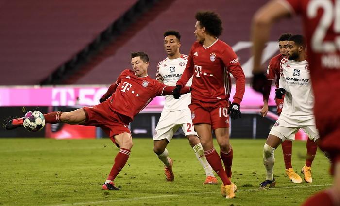 Bayern manita al Magonza Dortmund riecco Haaland