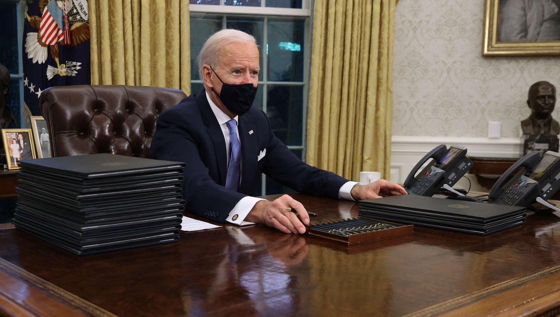 Biden subito al lavoro firmati 17 provvedimenti. Il primo introduce lobbligo di portare la mascherina