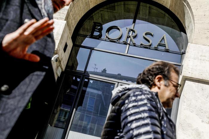 Borsa Milano debole 01 bene banche sale Unicredit