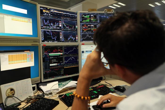 Borsa Milano in rosso con Europa Mps 7