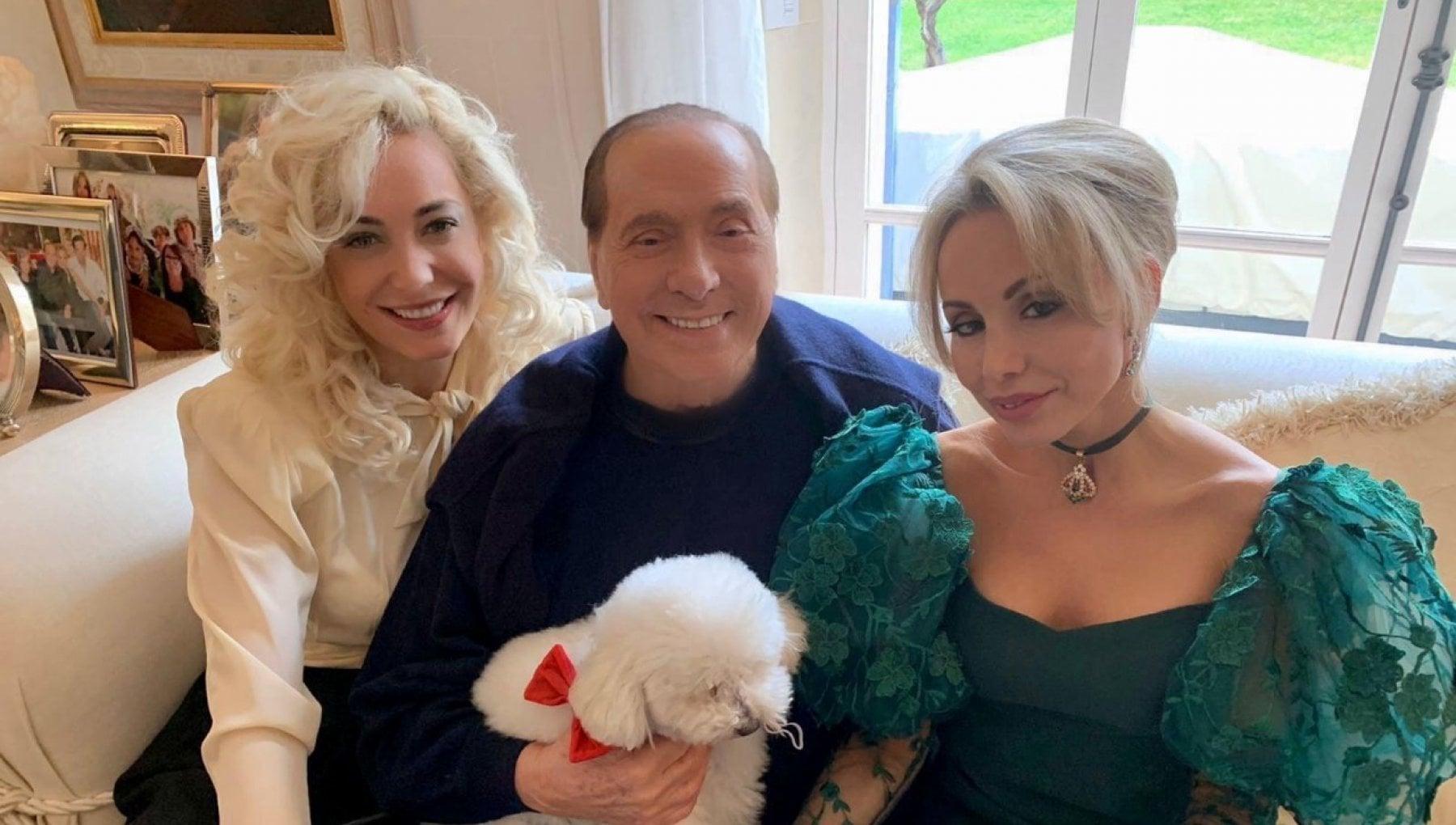 Buon 2021 sui social gli auguri di Berlusconi per il nuovo anno. Dopo il Covid con il vaccino torneremo alla vita