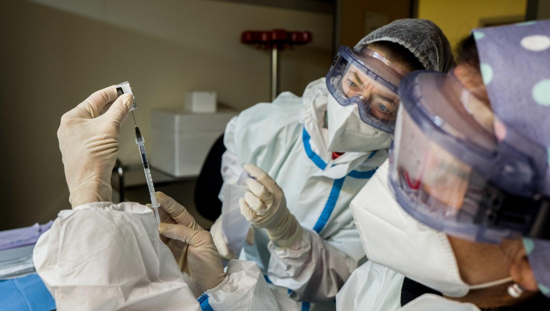 Campagna di massa dei vaccini le prenotazioni si faranno con app sms telefonate e avvisi postali
