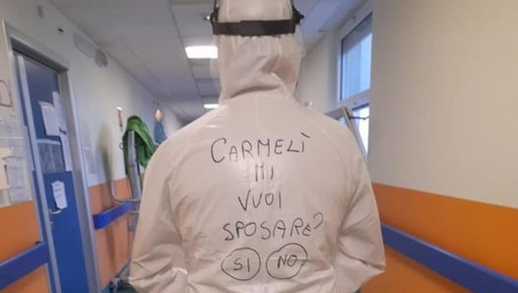 Carmeli mi vuoi sposare sulla tuta anti Covid dellinfemiere arriva la proposta di matrimonio