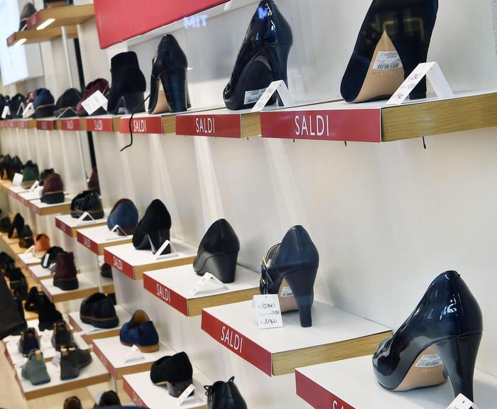 Commercio Istat calo vendite del 69 a novembre. Bankitalia Covid pesa sulle Pmi