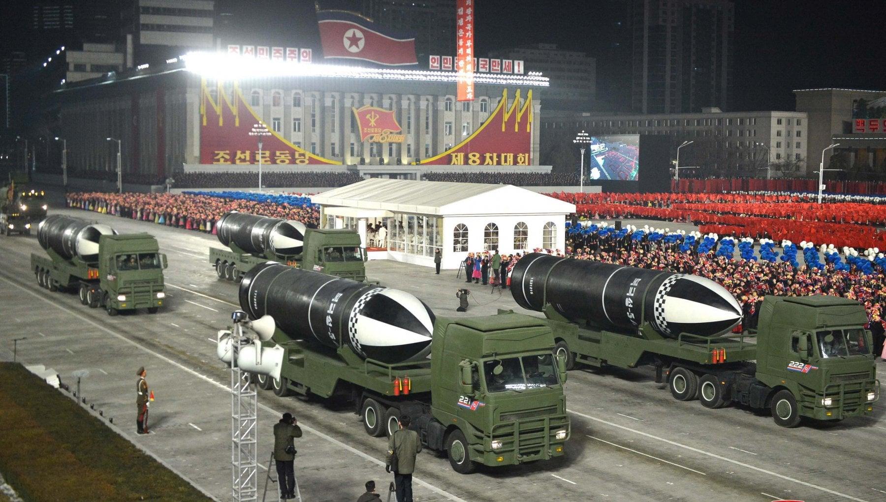 Corea del Nord alla parata militare spunta un missile balistico per sottomarino
