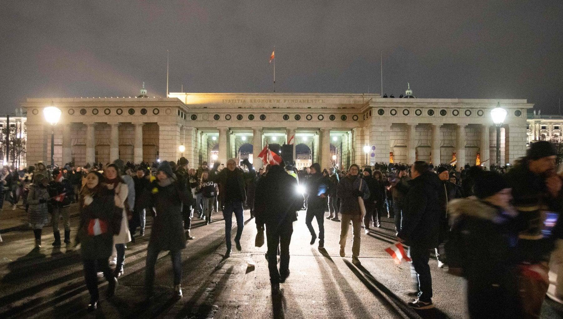Coronavirus nel mondo scontri a Birmingham alla protesta contro il lockdown. LAustria prolunga le chiusure