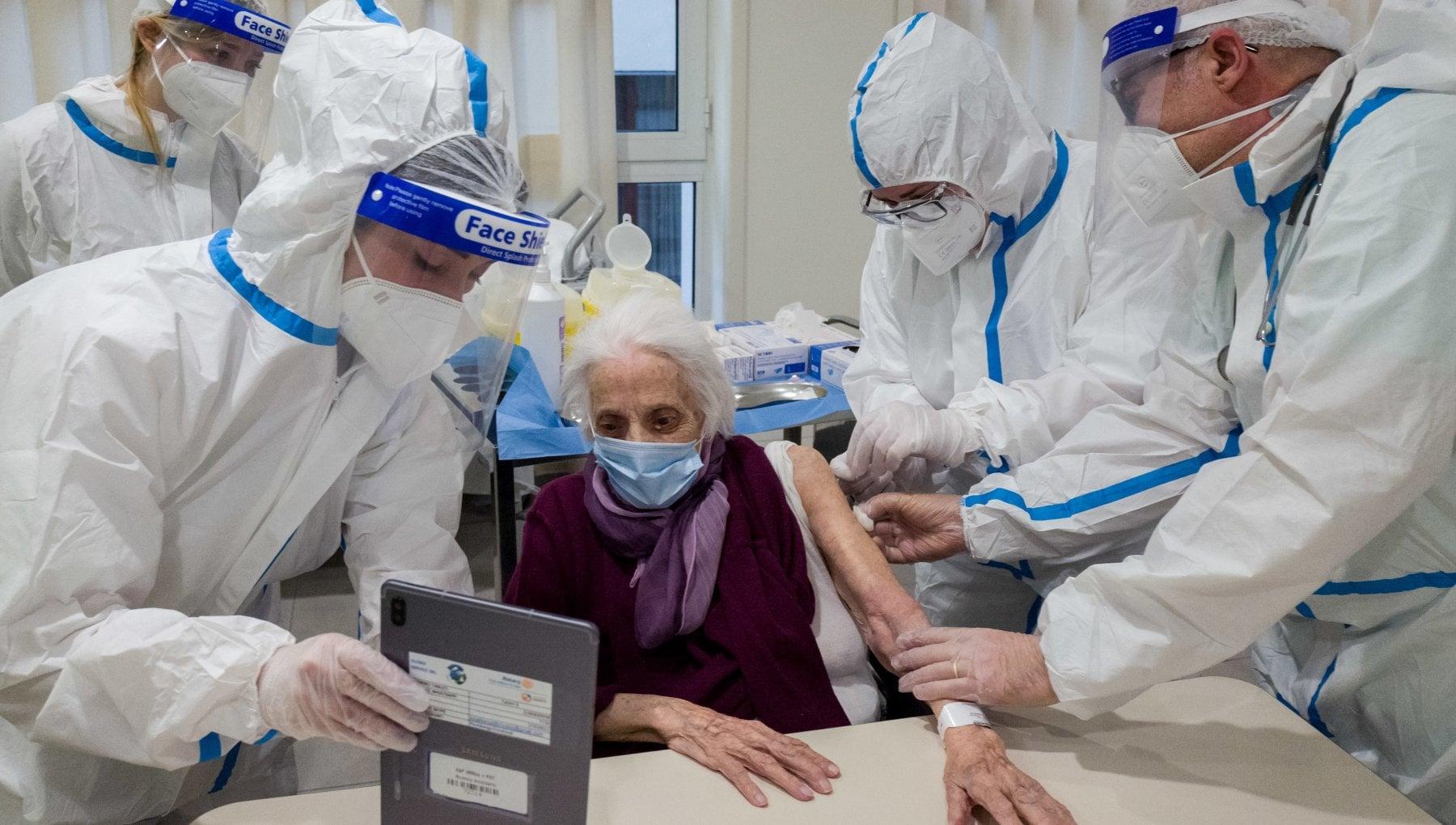 Corsa per vaccinare gli anziani. La mortalita calera del 70