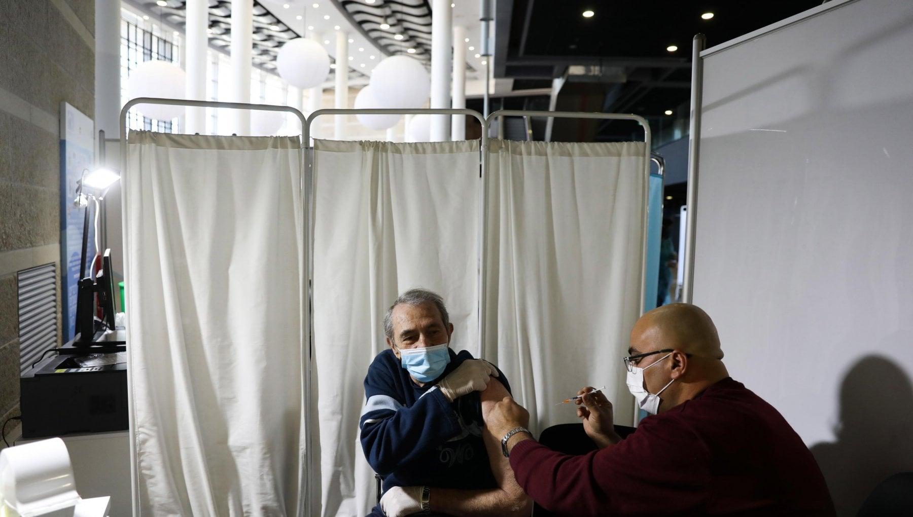 Covid cosi la campagna per i vaccini unisce i palestinesi e i soldati israeliani