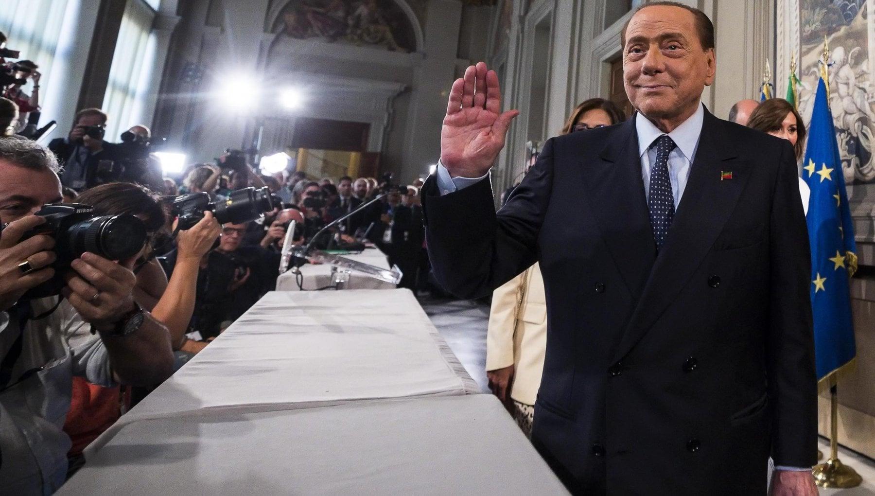 Crisi di governo Berlusconi tentato dallo strappo pensa a una coalizione modello Ue