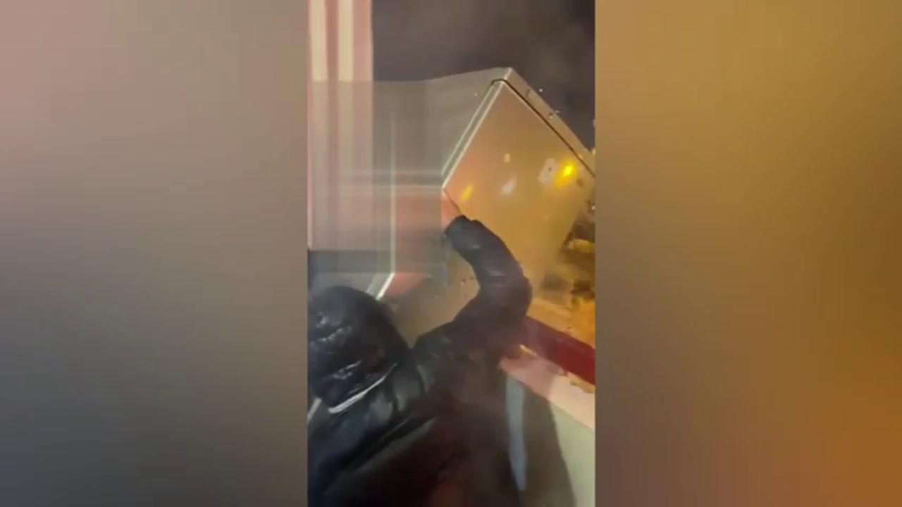 Festeggiamento folle per Capodanno lanciano un frigorifero dal balcone