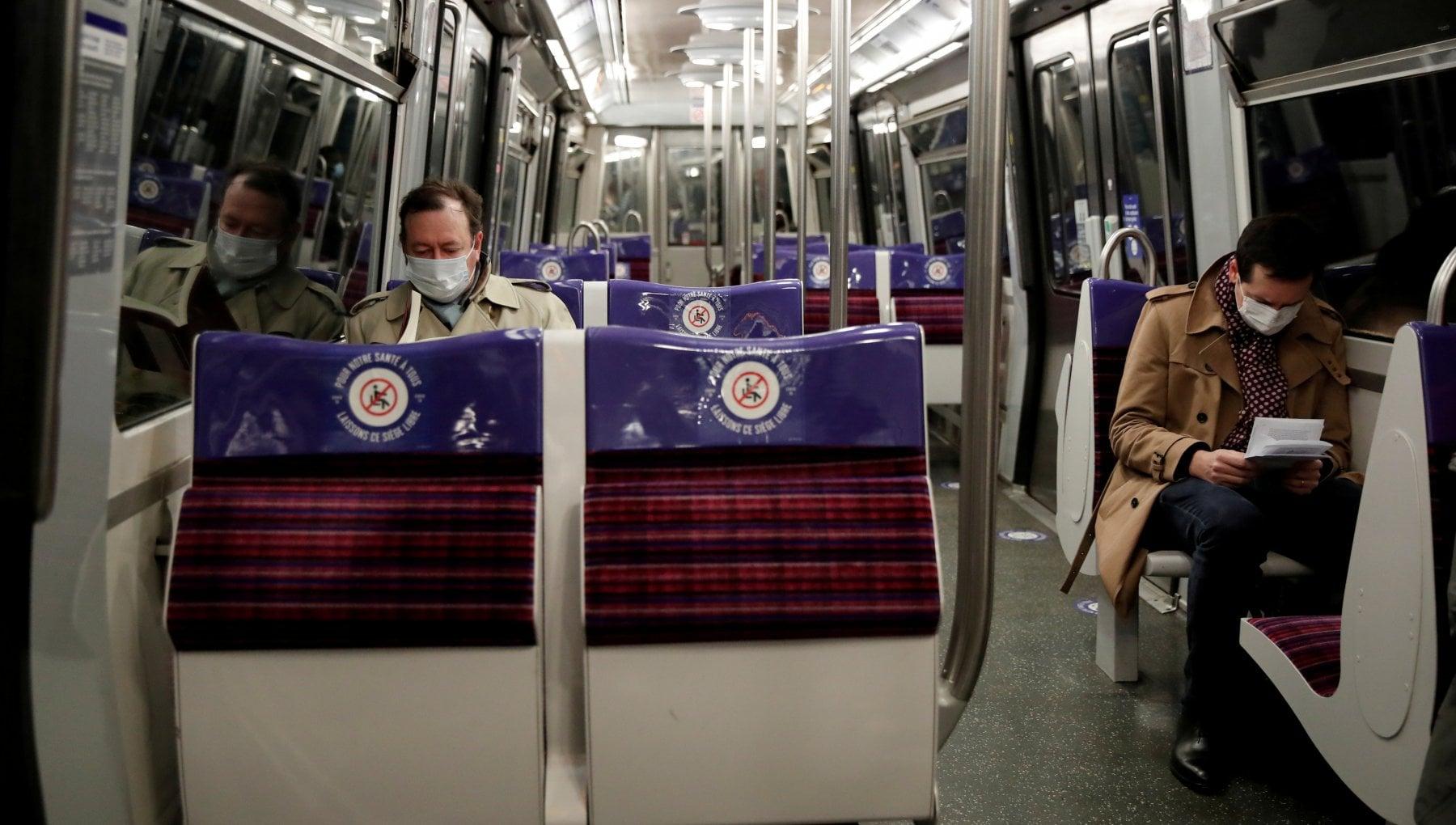 Francia stop a chiacchiere e telefonate in metro aiutano a diffondere il virus